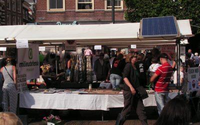 Kraam met modeltrein op zonne-energie op de Duurzaamheidsmarkt