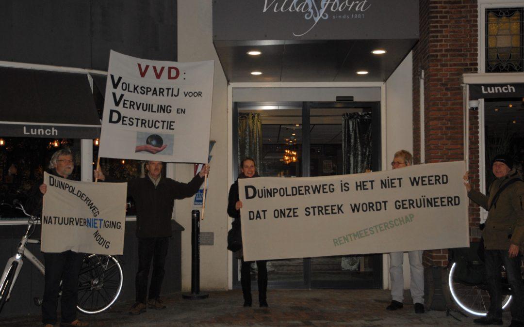 Demonstratie bij politiek café tegen VVD-plannen voor Duinpolderweg